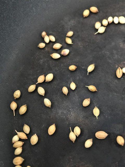 Tandoori-Paste: die Koriandersamen frisch in einer Pfanne ohne Öl anrösten.