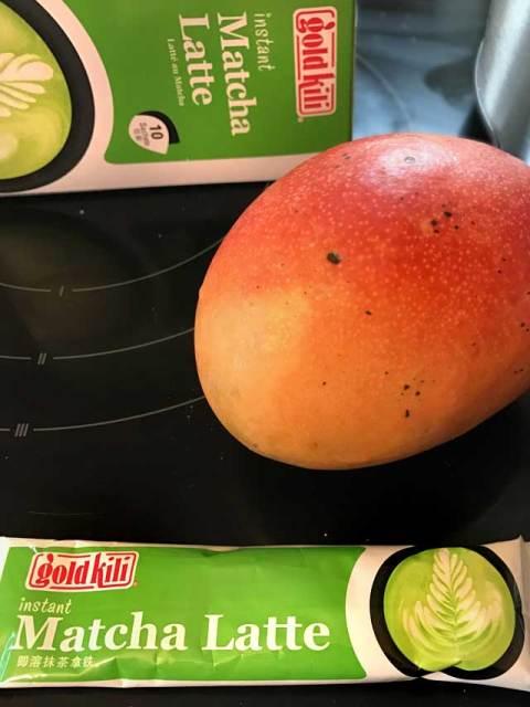 Die Zutaten für den Mango-Matcha-Lassie: Matcha Latte Pulver und eine frische Mango.