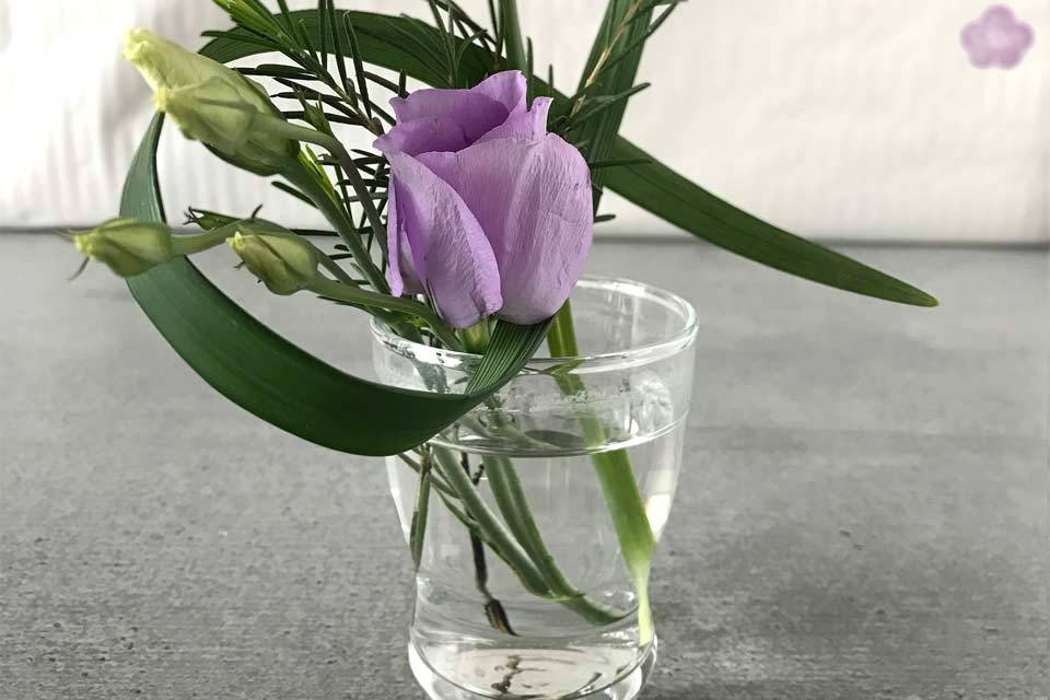 Aus drei kleinen Blumenresten lassen sich ganz einfach schwungvolle Mini-Ikeabana stecken.