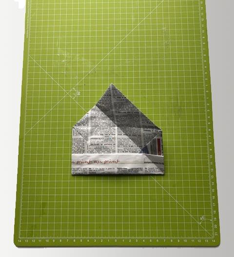 Das Papier diagonal kniffen.