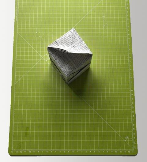 Origami: Die Box von unten her öffnen und den Boden einknicken.