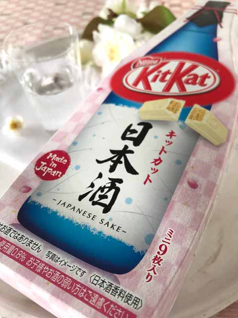 Die Kirschblüten-Sonderedition von KitKat aus weißer Schokolade mit Sakegeschmack.