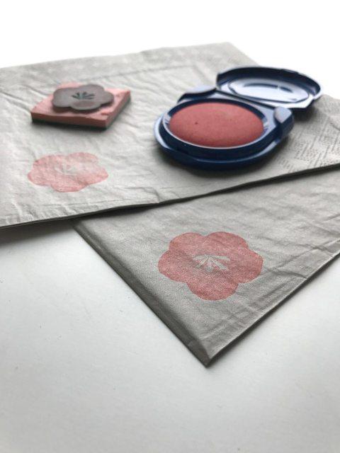 Sakura-Stempel: Aus einfachen Servietten werden edle Tischdekorationen für japanische Menüs zur Kirschblüte.