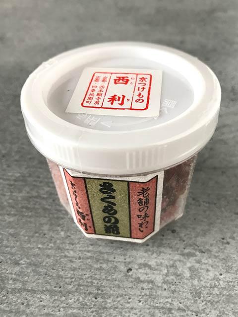 Shio Sakura sind in Salz und Essig eingelegte Kirschblüten.