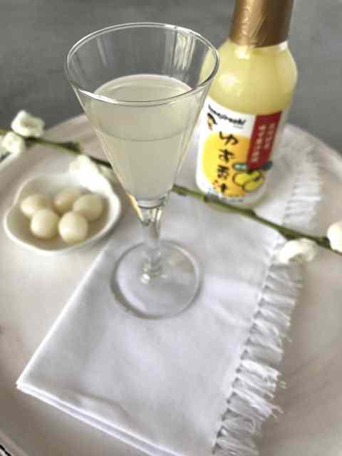 Yuzu-Saft lässt sich vielfälltig einsetzen: für Süßspeisen, Getränke und herzhafte Gerichte.