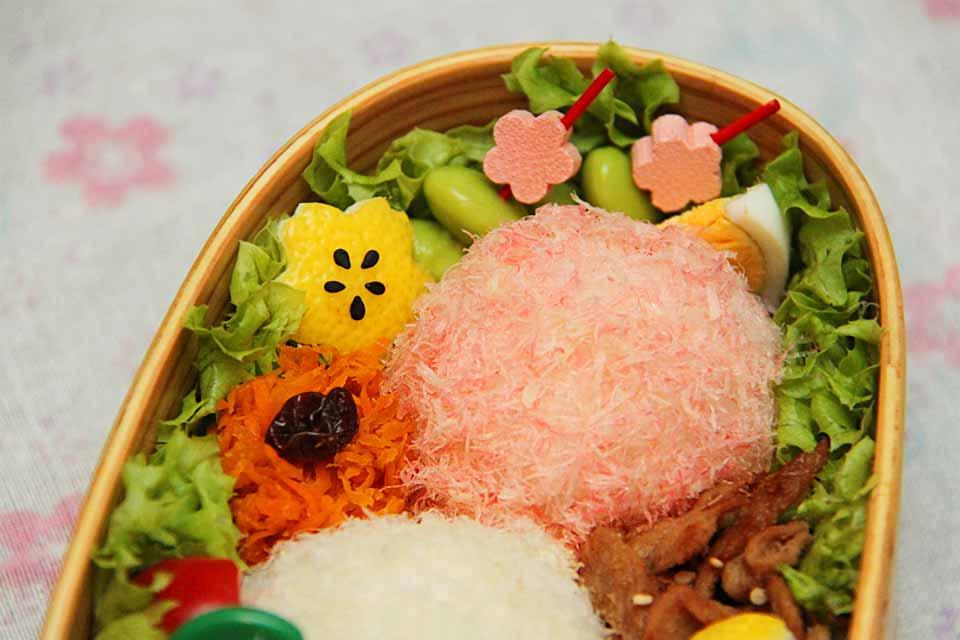 Das Sakura-Bento wird mit Kirschblüten-Motiven dekoriert.