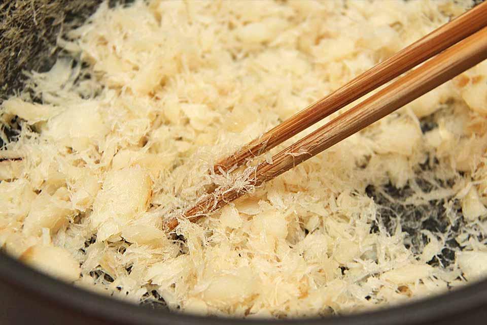 Für das Sakura Denbu (桜田麩) verwendet man einen Weißfisch wie zum Beispiel Kabeljau.