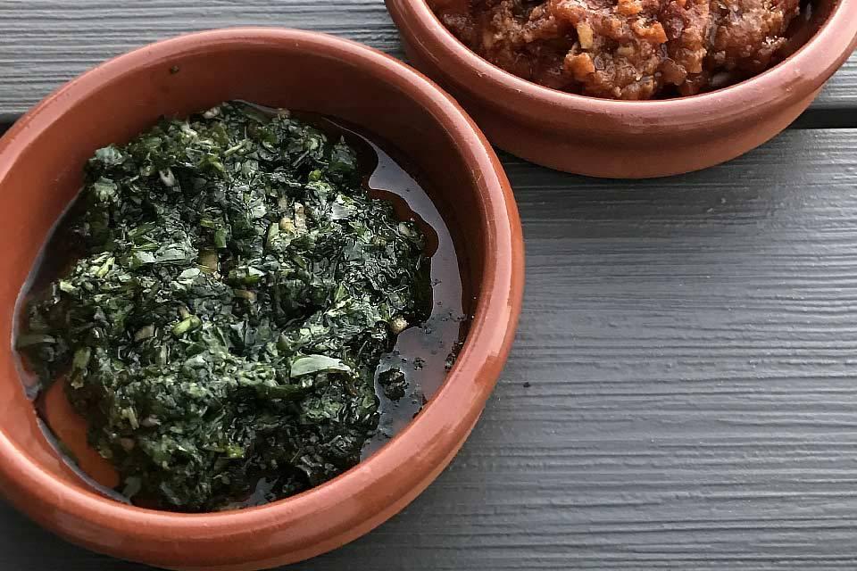Die Klassiker der kanarischen Küche: die beiden Soßen Mojo Rojo und Mojo Verde