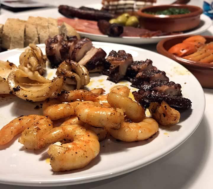 Mojo Rojo und Verde werden in Restaurants zu vielen Tappas oder als Vorspeise mit frischem Brot gereicht.