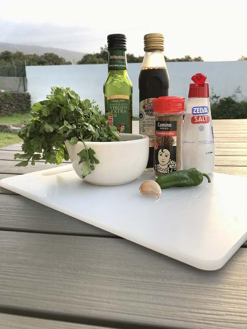 Die Zutaten für Mojo Verde: Kreuzkümmel, grüne milde Chilis, Knoblauch, Essig, Öl, Salz und Pfeffer.