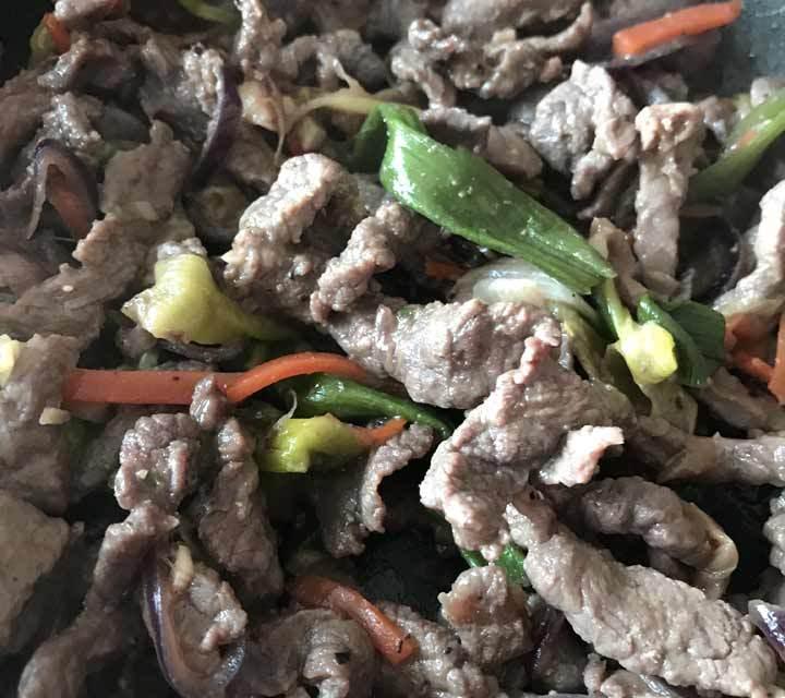 Das marinierte Bulgogi-Rindfleisch wird angebraten und kann zusätzlich mit scharfer koreanischer Paprikapaste gewürzt werden.