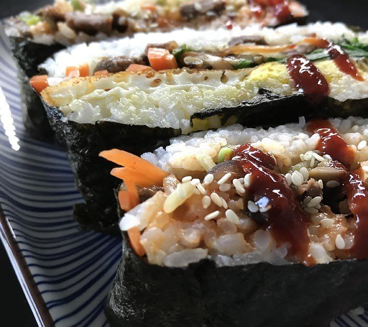 Die leckeren Reissandwiches Onigirazu, gefüllt mit Gemüse, Bulgogi-Rindfleisch und Spiegelei.