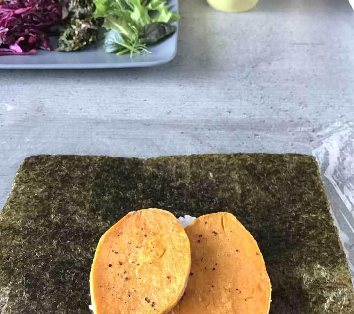 Die Süßkartoffelscheiben vorab anbraten und mit Sesamöl, Salz und Pfeffer würzen.