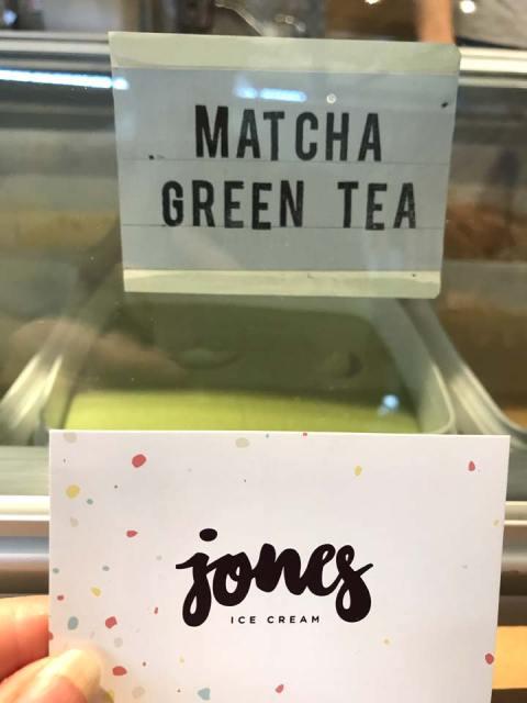 """Hmm - Matcha Eis und Cookies bei """"Jones""""."""