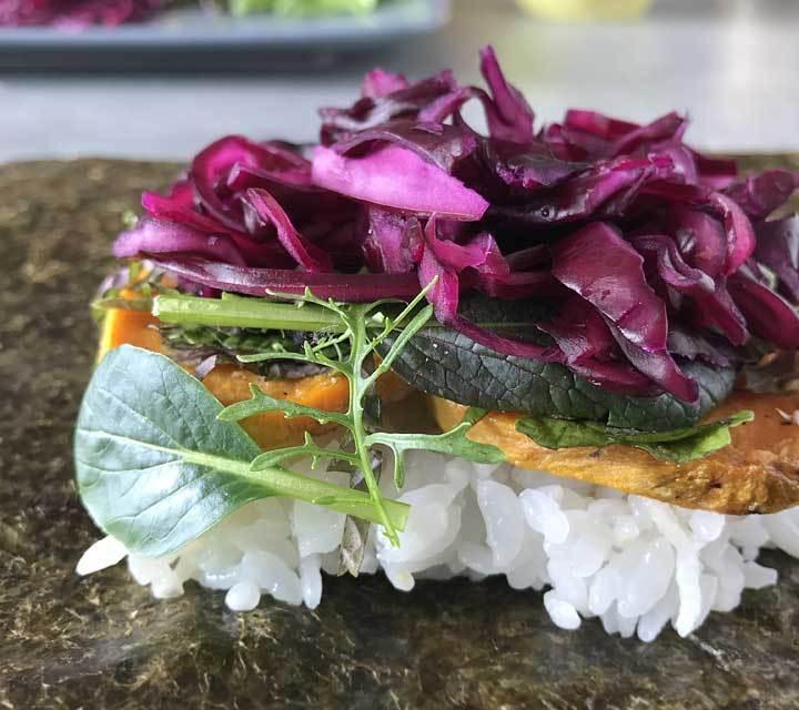 Die veganen Onigirazu werden mit gebratenen Süßkartoffeln, Salat, Kräutern und mariniertem Rotkohl gefüllt.