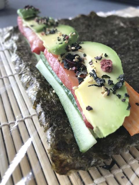 Die Füllung im vorderen Teil der Sushi-Rollen legen.