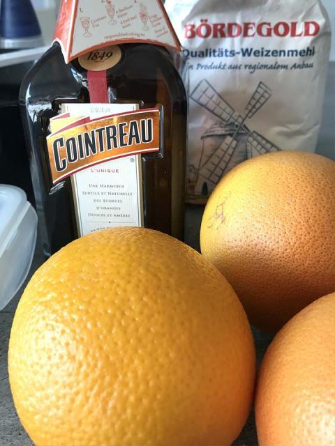 Der Orangenlikör Contreau eigenet sich perfekt zum flammbieren der Crepe.