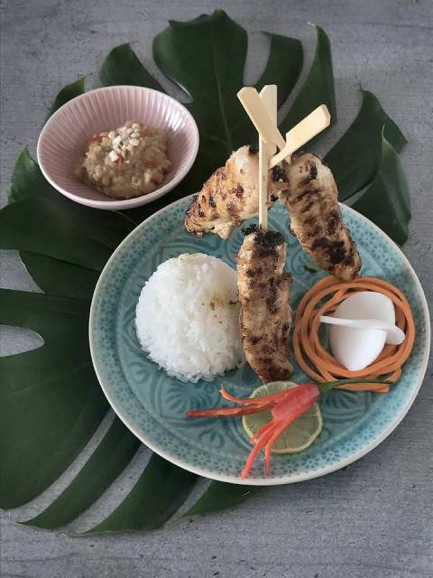 Hühnchen-Saté mit Reis, Salat und Erdnuss-Sauce ohne Kokoscreme.