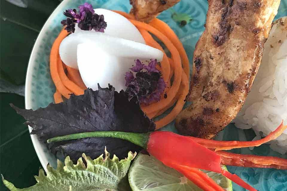 Die #7geschmackswelten kochen im September Thailändisch. Mein Rezept: Hühnchen-Saté mit Erdnuss-Sauce ohne Kokoscreme und Salat in Blütenform