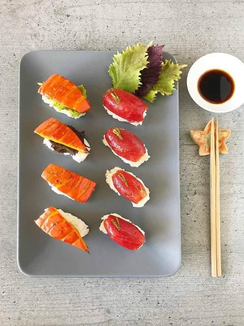 Fertig - die vegetarischen Sushi auf einer flachen Platte hübsch anrichten und Sojasuce dazu reichen.