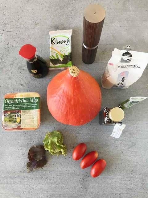 Die Zutaten: Kürbis, Tomaten, Shisoblätter, Sojasauce, Miso, Reis, Wasabi, Pfeffer und Nori.
