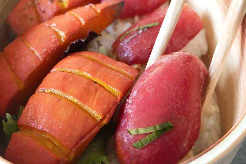 Die Tomaten- und Kürbis-Sushis können direkt aus der Bentobox gegessen werden.