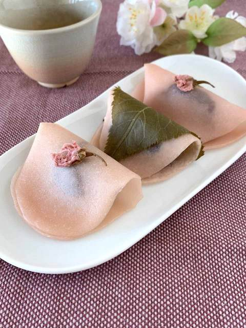 Auch die geklappte Variante der Sakura Mochi sieht sehr hübsch und zart aus.