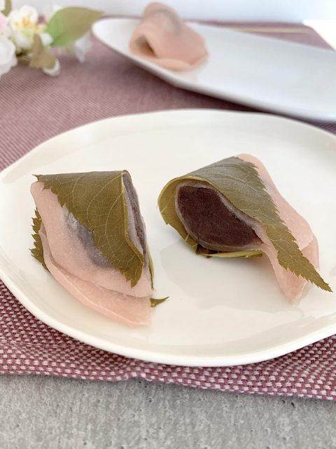Die zarten Reismehlteigtaschen im Querschnitt: gefüllt mit roter Bohnencreme und einem eingelegten Kirschblatt umwickelt.