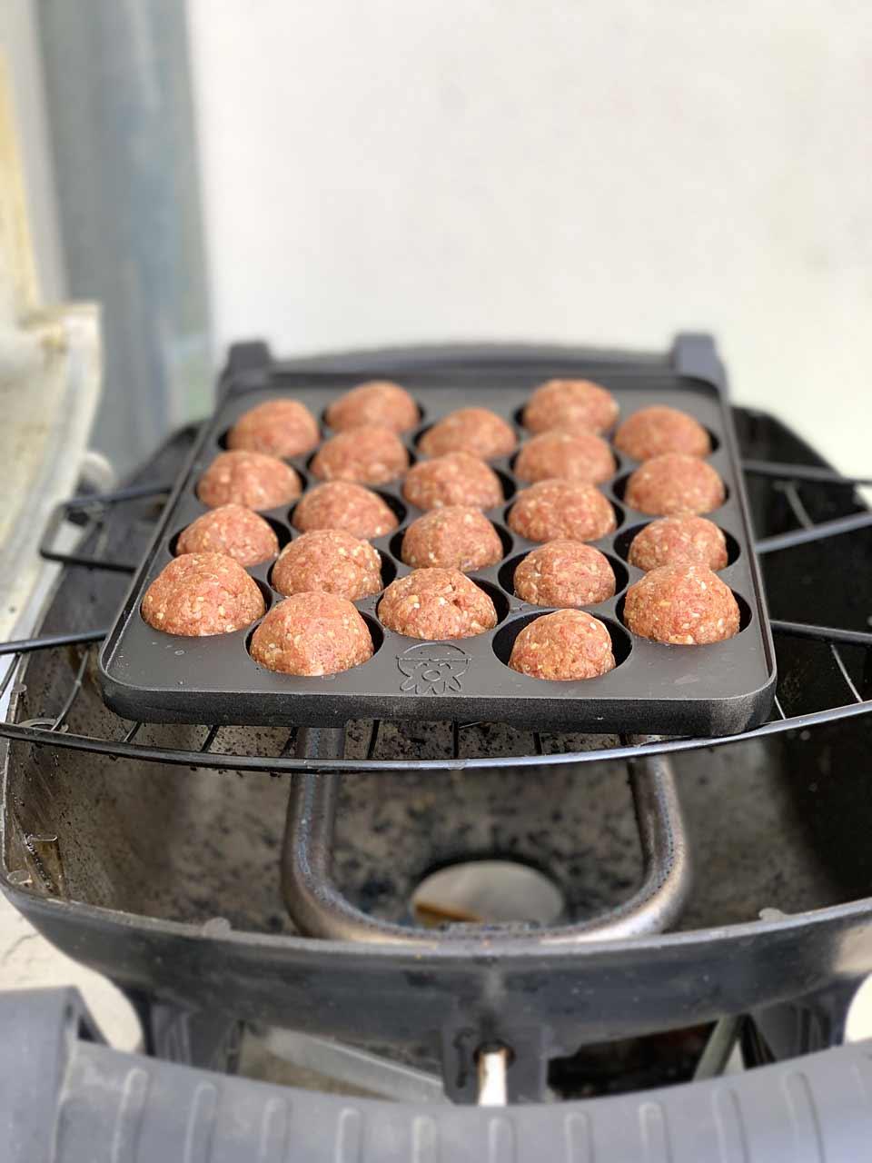 Die Takoyaki-Pfanne kommt direkt auf den Gas-Grill.