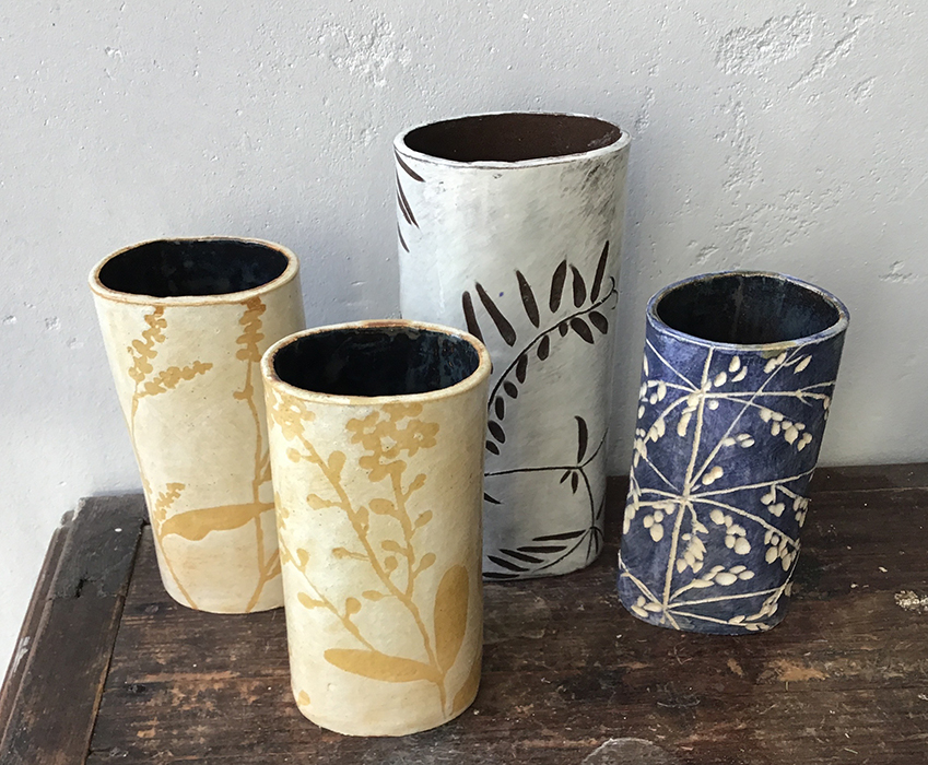 keramiek vazen handgeschilderd met wilde bloemen en grassen okergeel en blauw en zwartwit