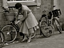 """When we saw this lady I said: She looks like she's from the 19th century. When she approached her bike though, and I saw her struggling with the bike lock I thought to myself: """"well, even this lady from the past has to fight with the 21st century technology."""""""