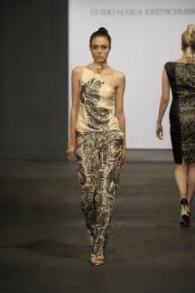 mit silbernen Pailetten bestickt - seidenes Abendkleid Bild Platform Fashion