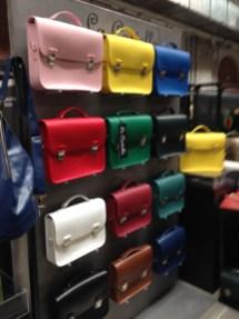 Werden richtig als Schulranzen getragen: Satchels in allen Farben von La Cartella