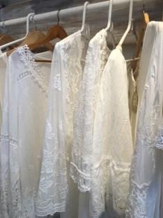 Weiße Kleider sind der Stil von Ibiza