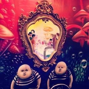Humpty und Dumpty halten den Spiegel beim verrückten Eismacher