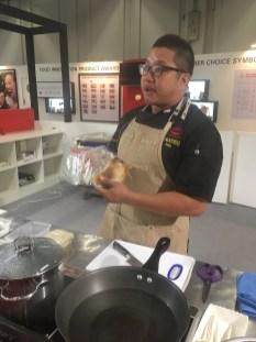 Ein Chefkoch aus Singapur bereitet kaiserliches Huhn zu