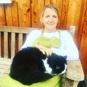 Katze sucht Frau; Eine Freundschaft auf dem Bauernhof geschlossen