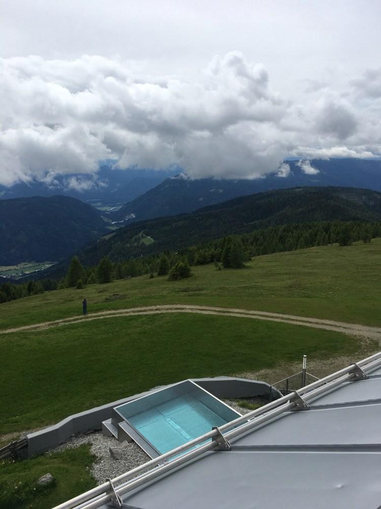 Das Hotel hat einen Infinity Pool