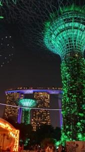 Leuchtende künstliche Bäume vor dem Hotel Marina Bay Sands in Singapu