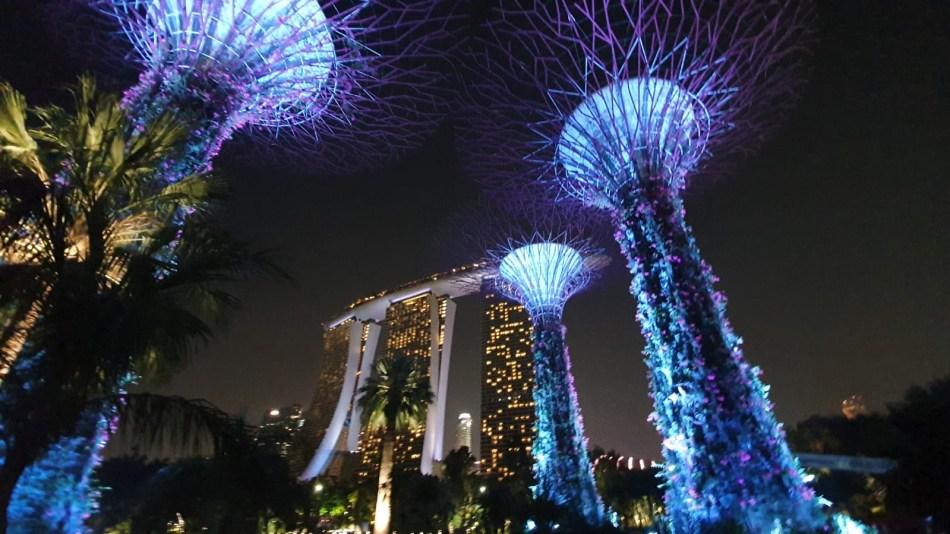 Leuchtende künstliche Bäume vor dem Hotel Marina Bay Sands in Singapur