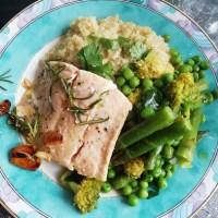 Grünes Superfood Gemüse mit Quinoa-Risotto und Wildlachs