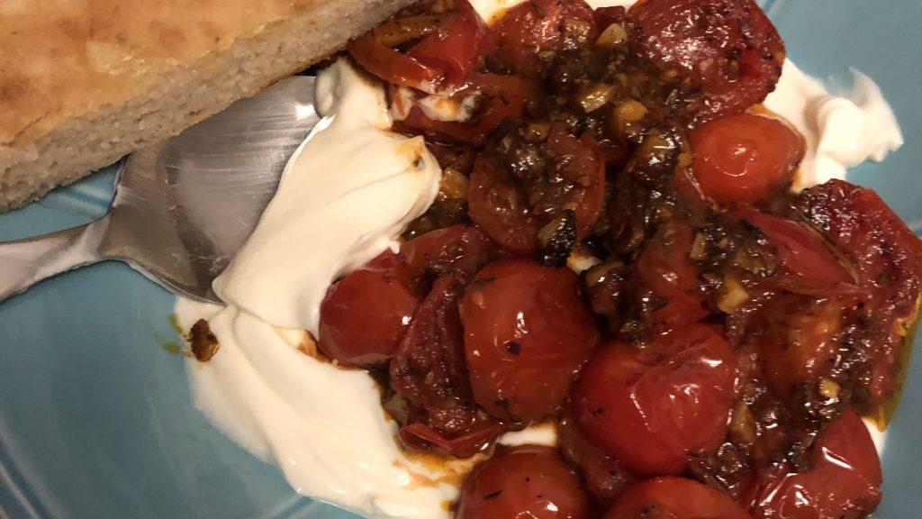 kalter Joghurt mit heißen Tomaten und selbstgemachtem Fladenbrot