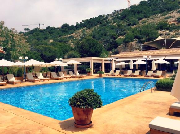 Pool-Side! Bequeme Liegen mit Sonnenschirmen, der türkis-blaue Pool und chilliger Sound laden zum Verweilen ein. ©katrin-lars.net