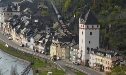 Altstadt mit Güterzug