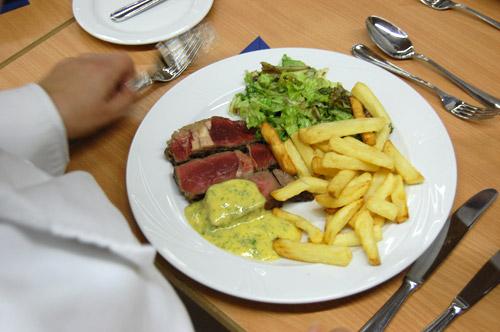 Entrecôte, frites, salade