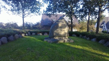 Dieses Denkmal weist auf die im zweiten Weltkrieg gefallenen Soldaten hin und erweist ihnen damit eine letzte Ehre.