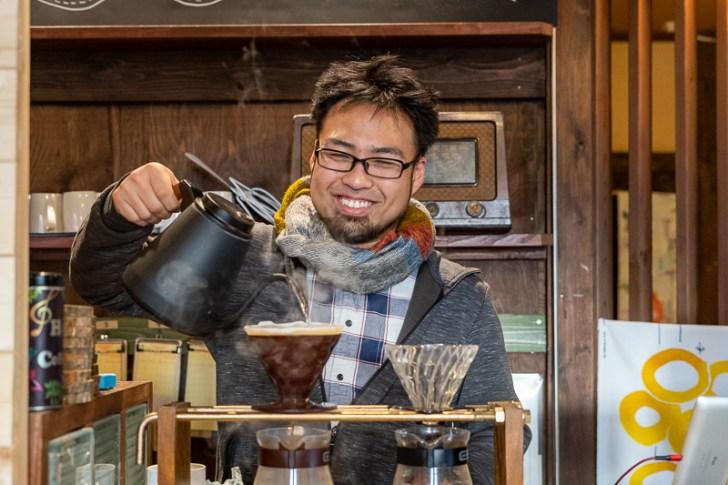 コーヒーを淹れる野堀さん
