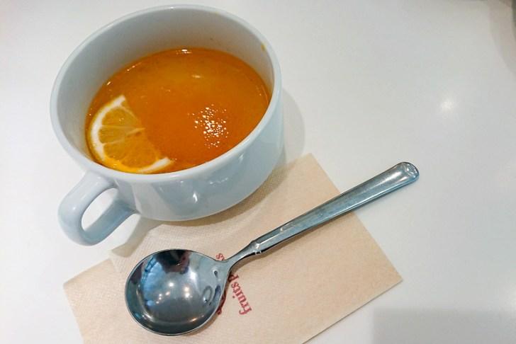 今日はデコポンとトマトのスープ。レモン添え。