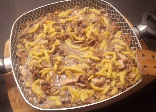 """""""Hähnchengeschnetzeltes"""" – Thin Strips of Chicken with Spätzle"""