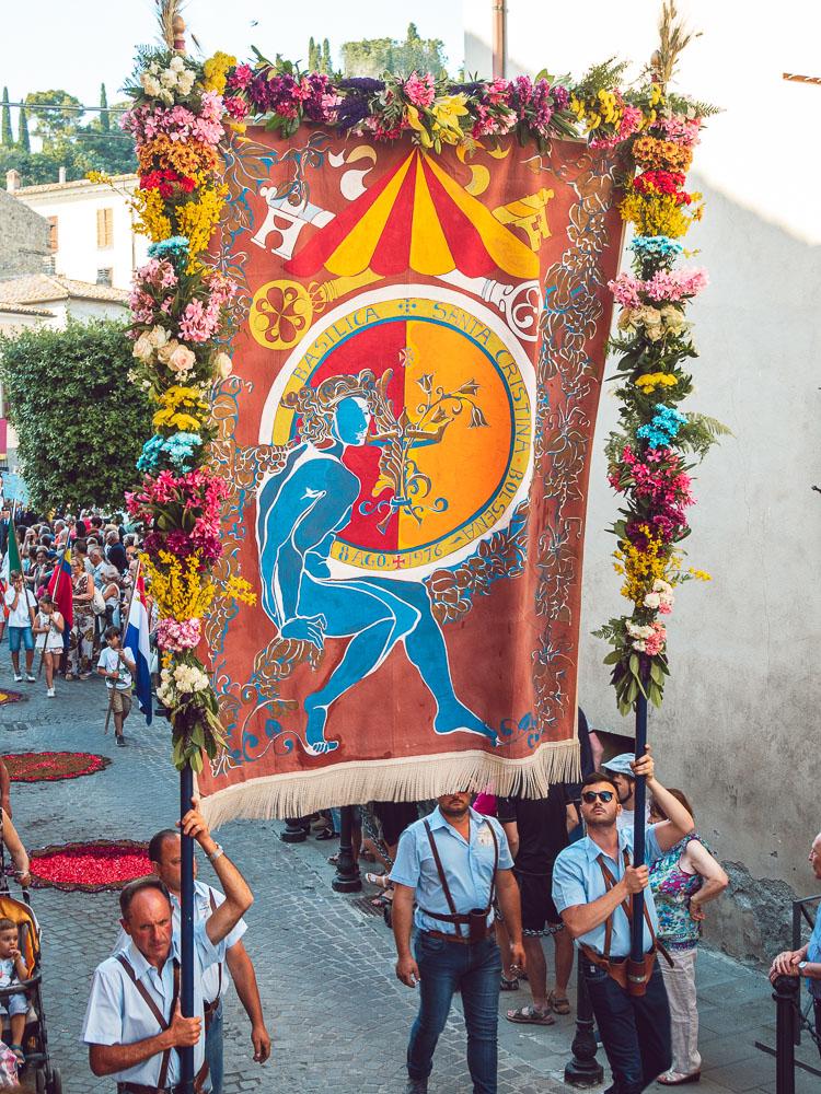stendardi alla processione del corpus domini bolsena
